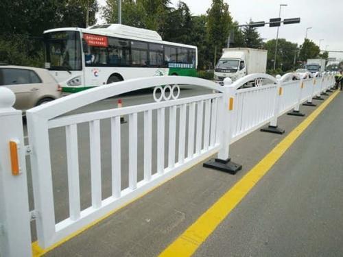 道路安装隔离护栏