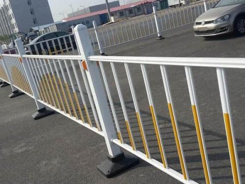 道路锌钢护栏在城