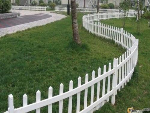 PVC草坪护栏和