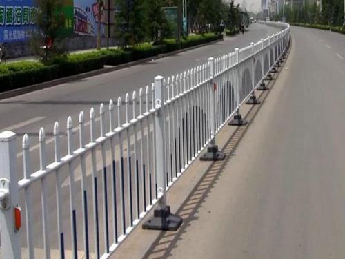 道路护栏施工前的